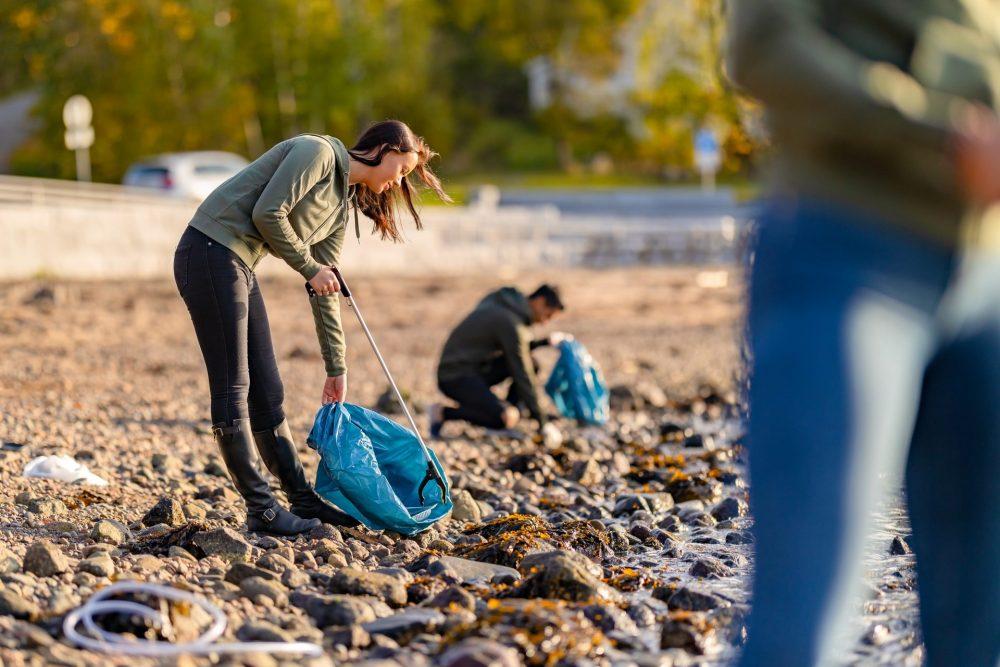 tiktok trend pulizia spiaggia inquinamento
